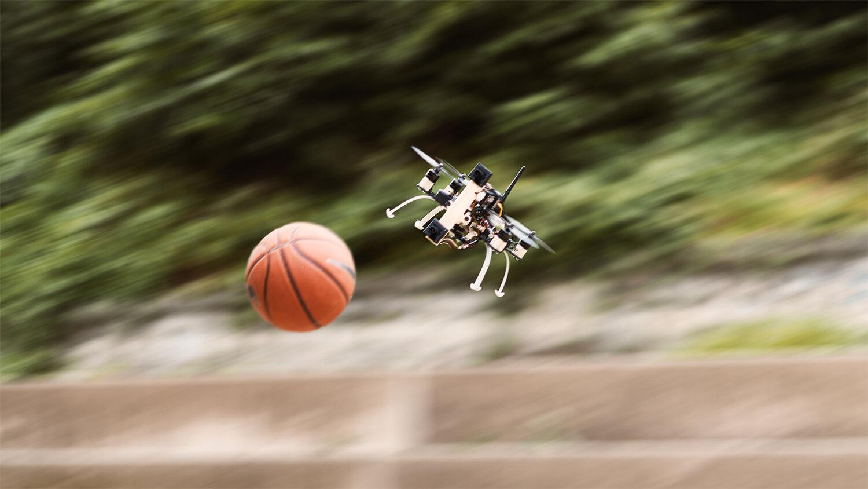"""Gra w """"dwa ognie"""" w wykonaniu czterośmigłowego dronu"""
