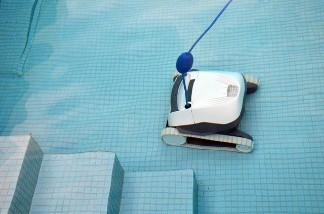 Czyści dno basenu