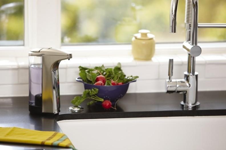 Prezentacja bezdotykowego dozownika do mydła Simplehuman 237ml