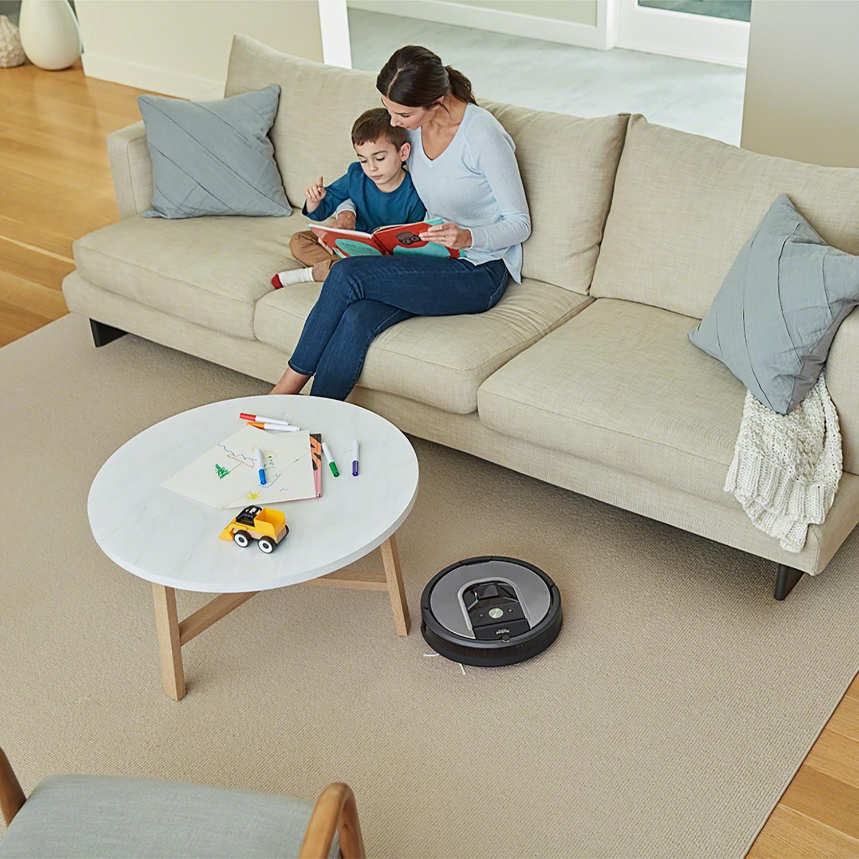 Wyczyści wszystkie typy podłóg i dywanów, potrafi posprzątać też powierzchnie pod meblami